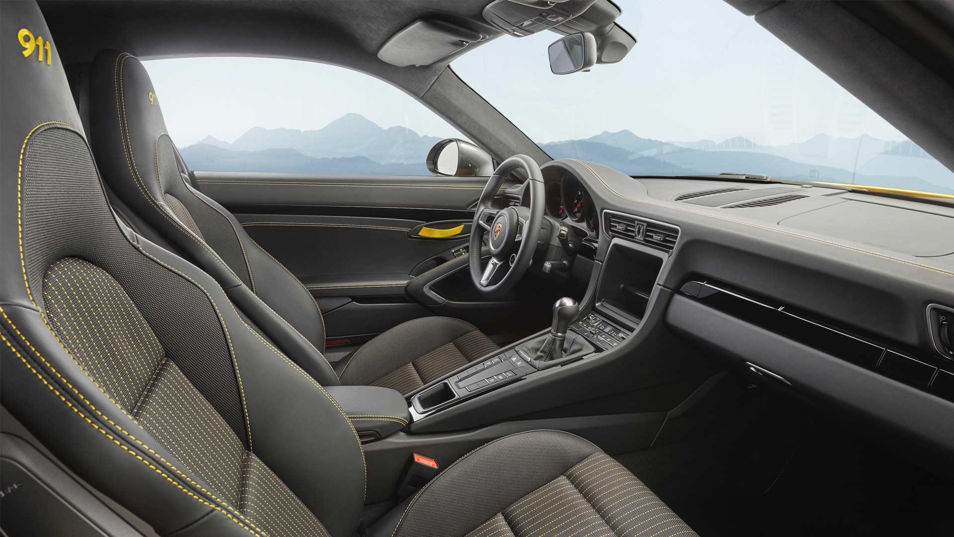 2018-Porsche-Carrera-T-Interior_2