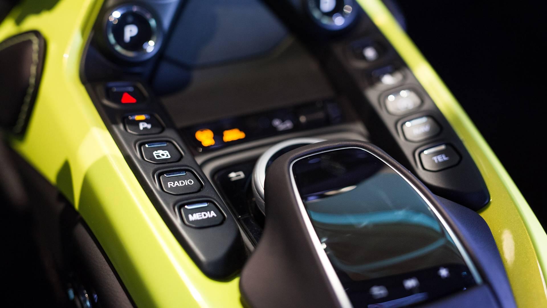 2018-Aston-Martin-Vantage-interior_5