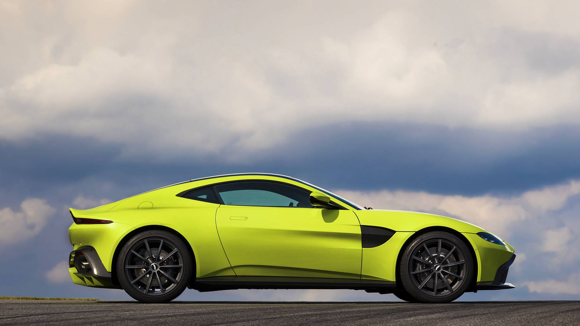 2018 aston martin vantage perfectly bonds looks and performance autodevot. Black Bedroom Furniture Sets. Home Design Ideas