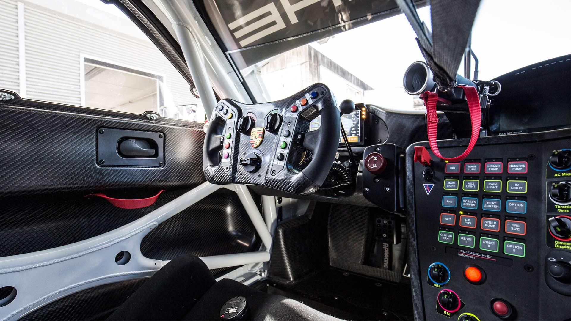2018-Porsche-911-GT3-R-interior_2