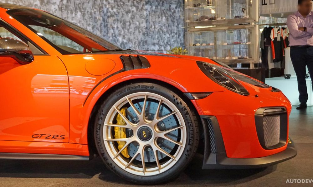 2018-Porsche-911-GT2-RS_11
