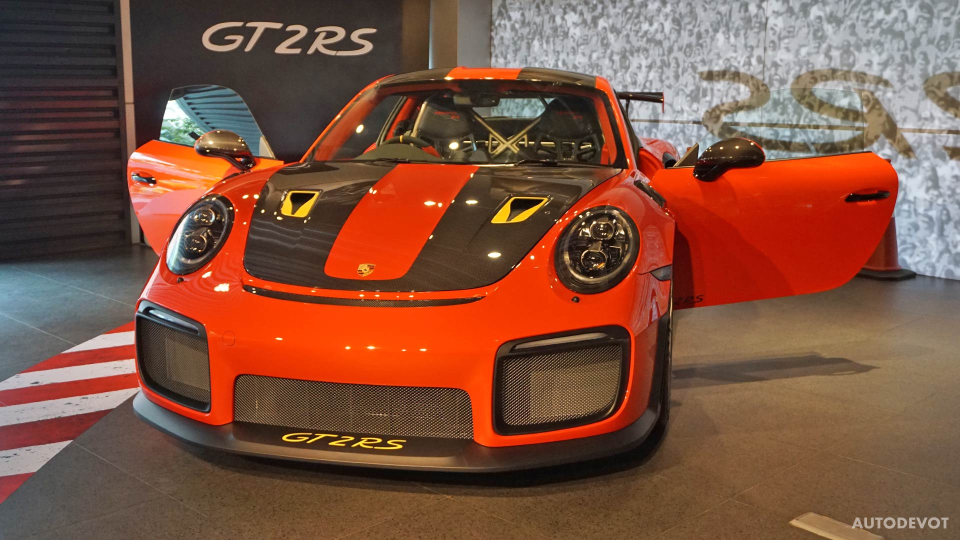 2018-Porsche-911-GT2-RS_23