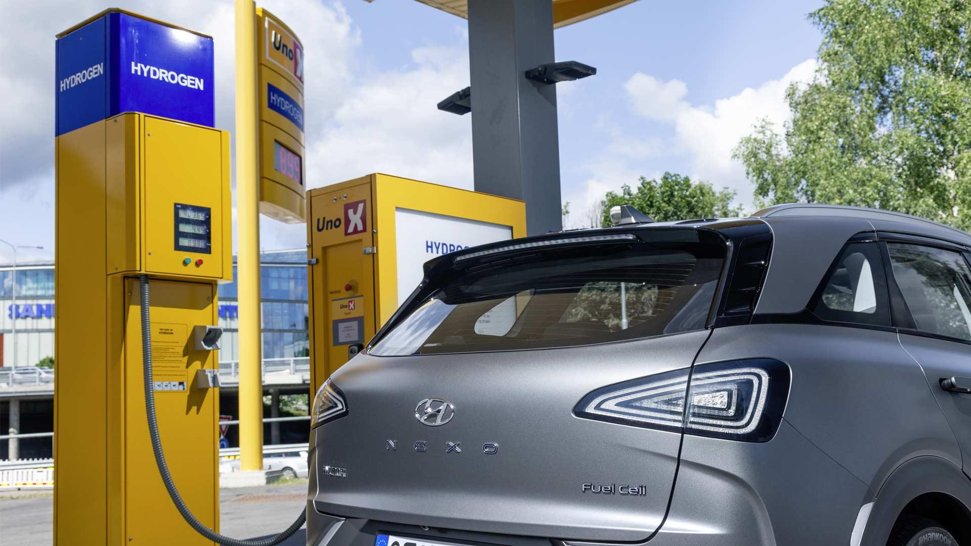 2019-Hyundai-Nexo-fuel-cell-SUV-Hydrogen-refuelling