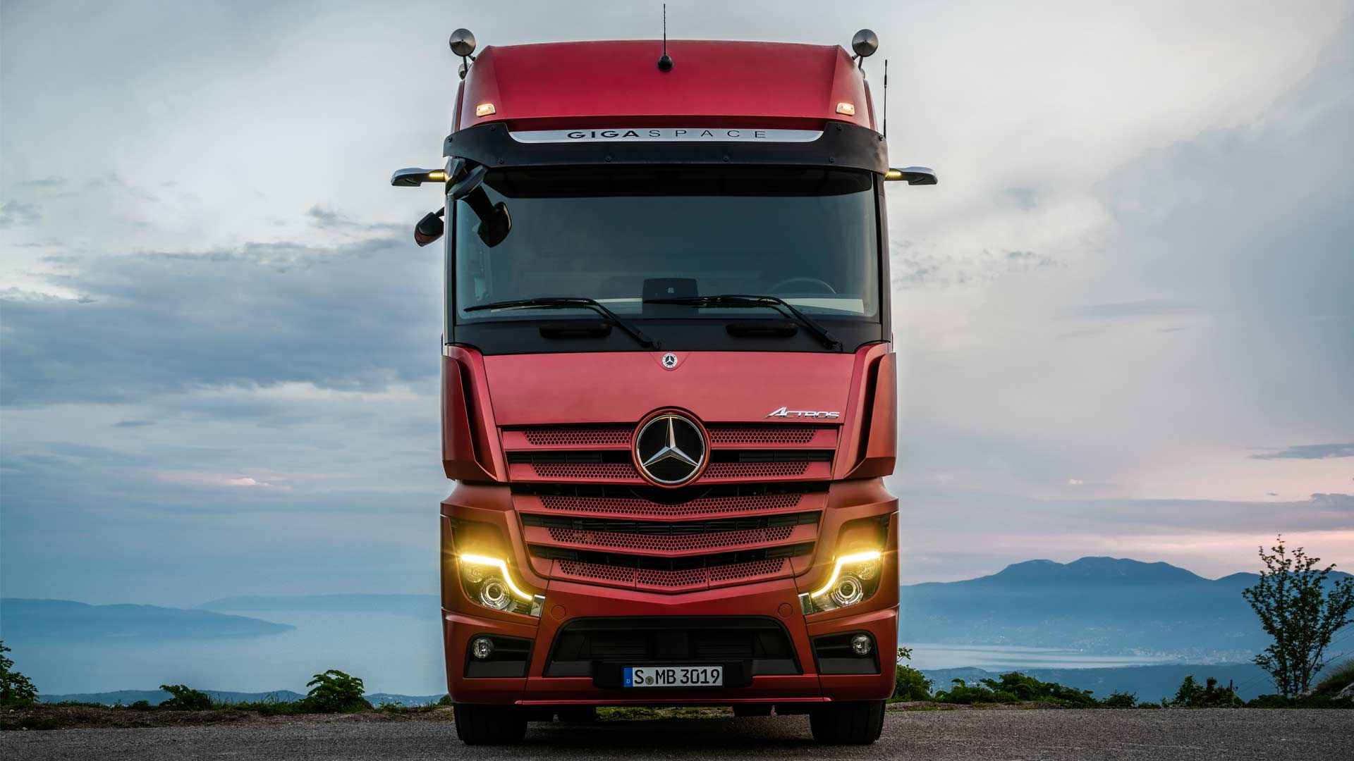 New Mercedes Actros is more efficient, replaces mirrors with