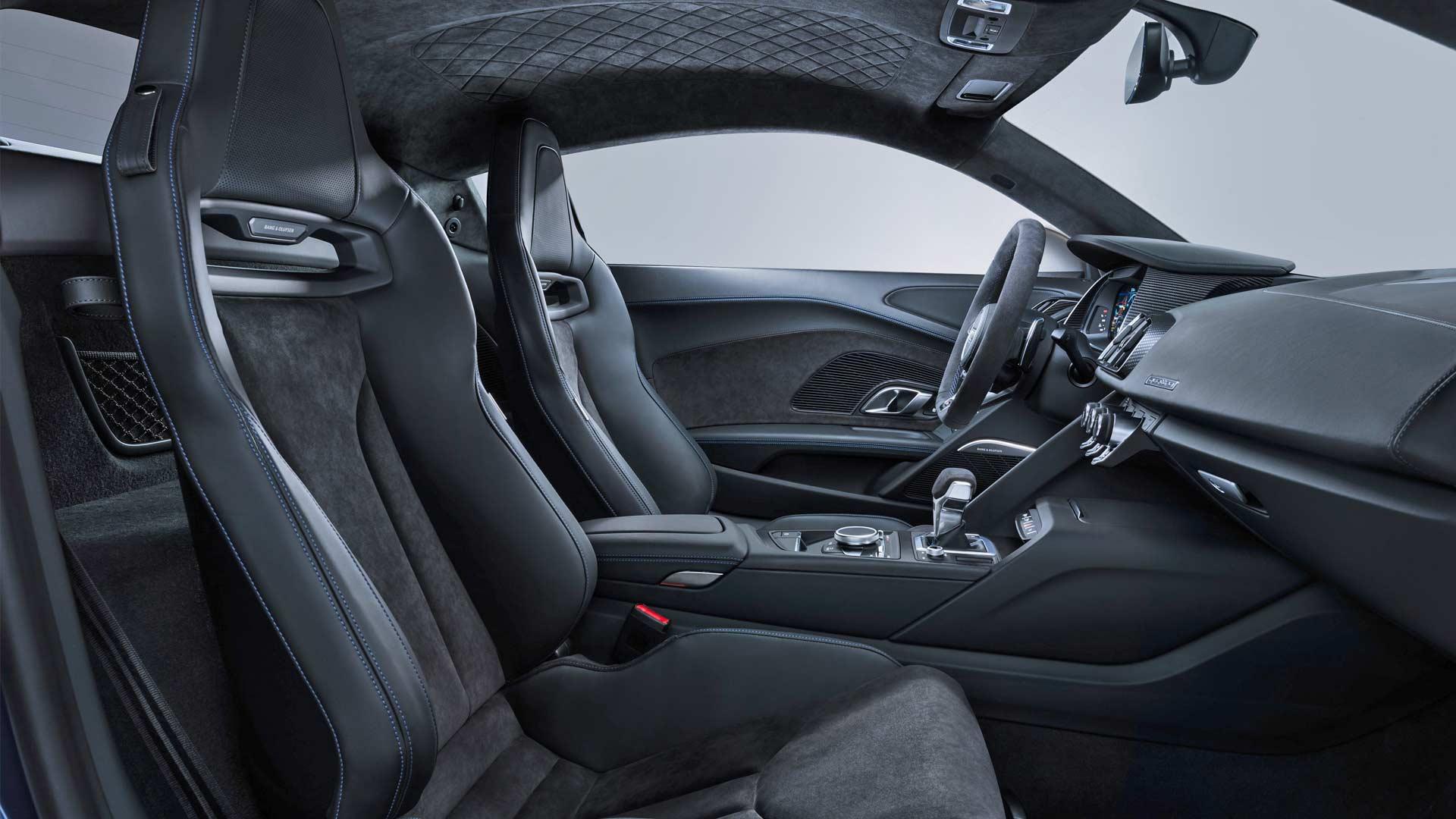 2019-Audi-R8-Coupe-Interior_4