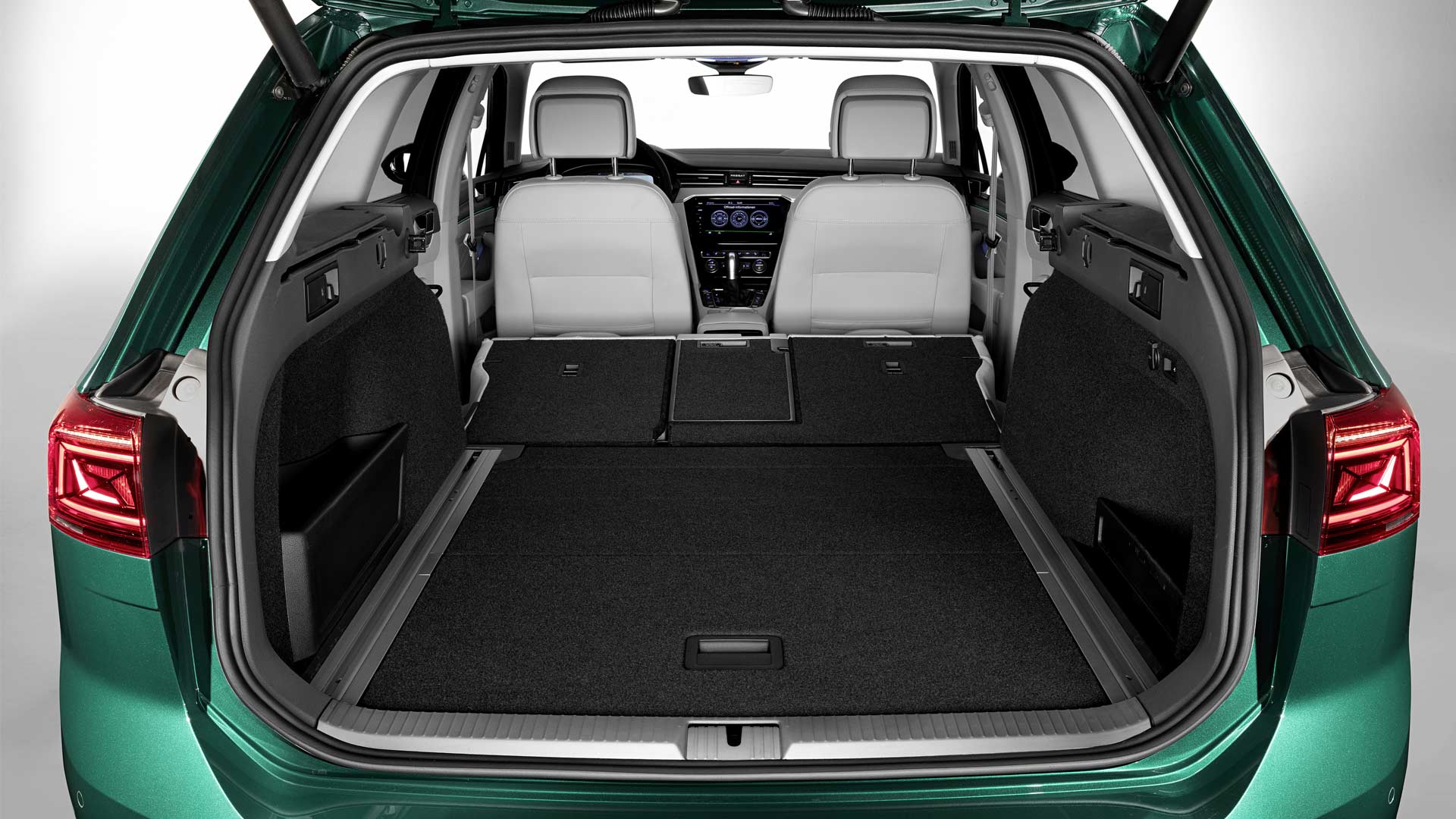 2019-Volkswagen-Passat-Alltrack-Boot_2