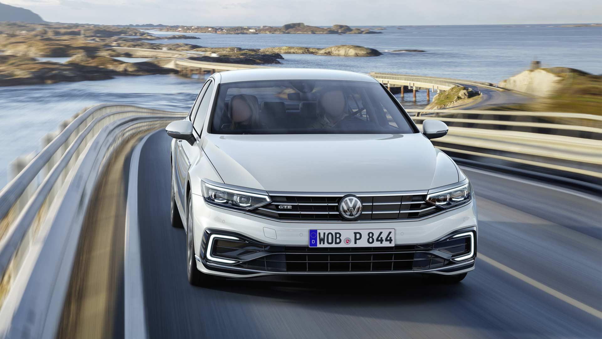 2019-Volkswagen-Passat-GTE_2