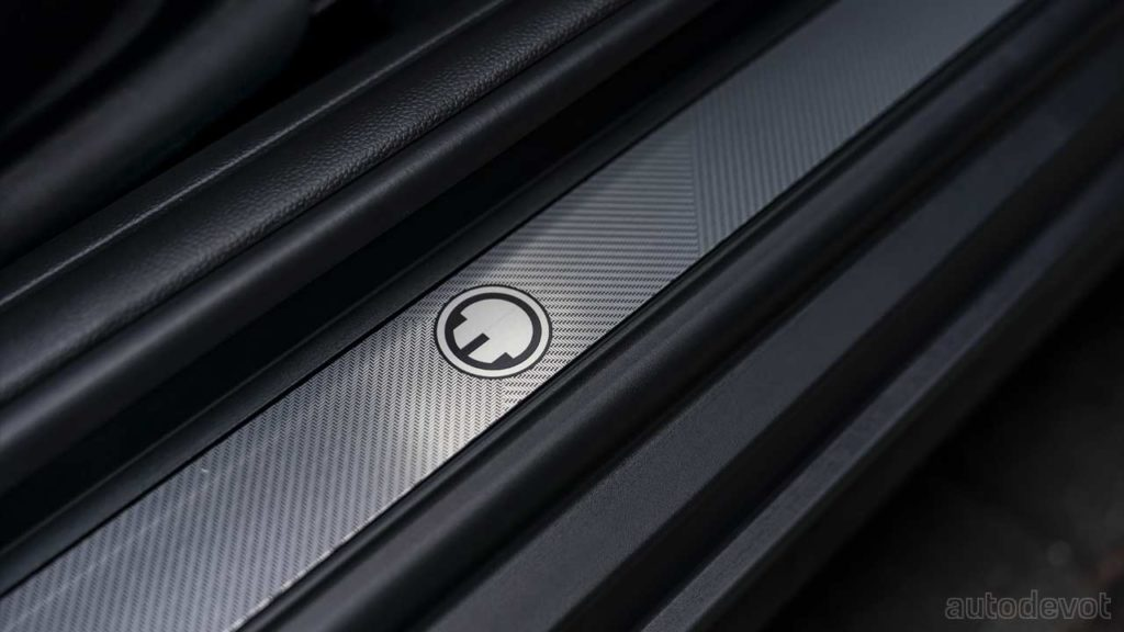 2021-Mini-Cooper-SE-Electric-Collection_door_sill